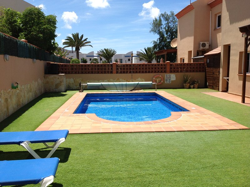 Stunning villa in central location, short walk to beaches, bars & shops. WIFI/TV, vacation rental in Corralejo