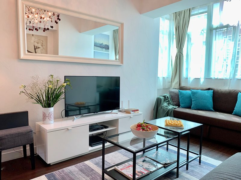 MODERN EUROPEAN STYLE! 4 BEDROOMS/ 5 BEDS/ 2Bath NATHAN ROAD at MTR exit!, aluguéis de temporada em Shenzhen