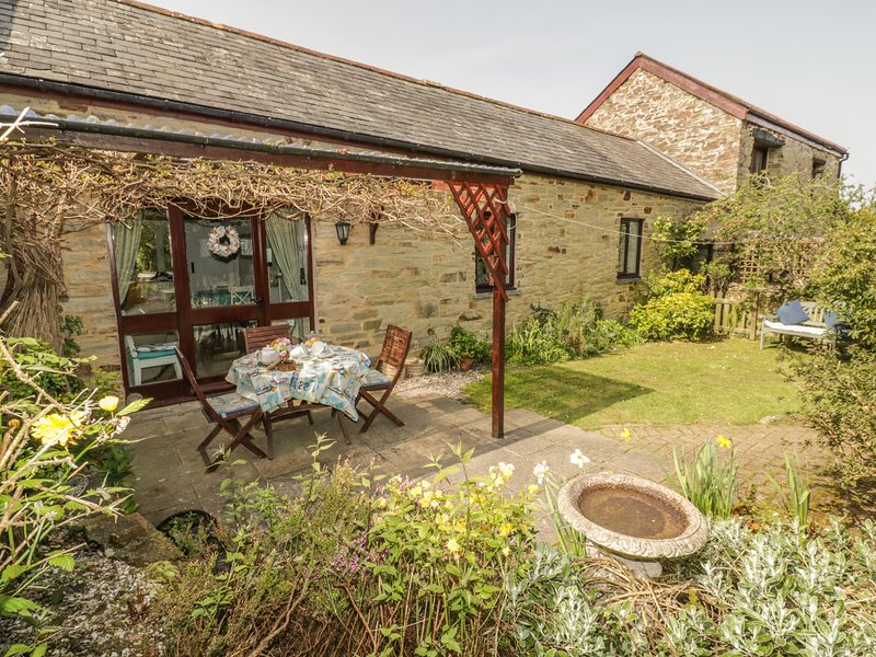 WAGTAIL COTTAGE, WiFi, enclosed garden, near East Taphouse, holiday rental in Two Waters Foot