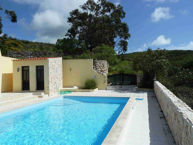 Piscina con casa de la piscina.