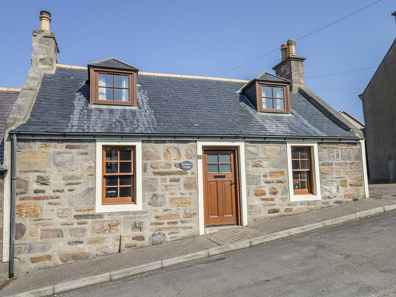 SEA BREEZE COTTAGE, enclosed courtyard, in Cullen, location de vacances à Portsoy