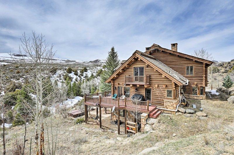Enamórate de los Rockies mientras te hospedas en esta cabaña de Bond.