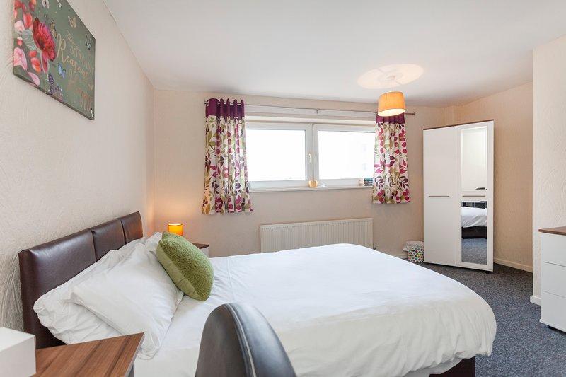 Double Room in Central Wolverhampton - Black Room, location de vacances à Wolverhampton