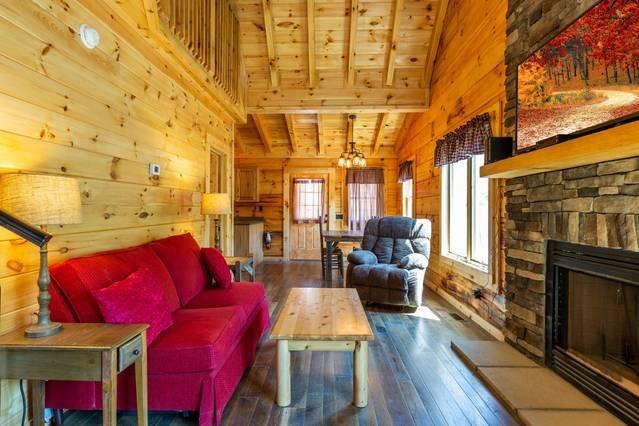 ¡Enormes techos y hermosas maderas duras en toda la hermosa cabaña!