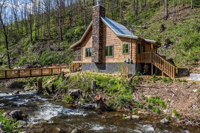 ¡Esta cabaña se encuentra en la cima del poderoso Roaring Fork Stream que fluye directamente del Parque Nacional de las Grandes Montañas Humeantes! Se encuentra a .9 millas del corazón del centro de Gatlinburg, TN.