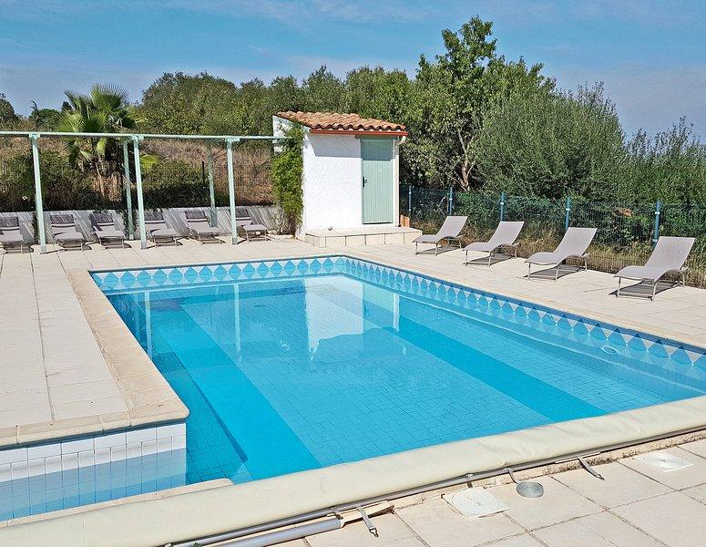 Grande piscina di sale (senza cloro chimico) recintata e coperta con lettini