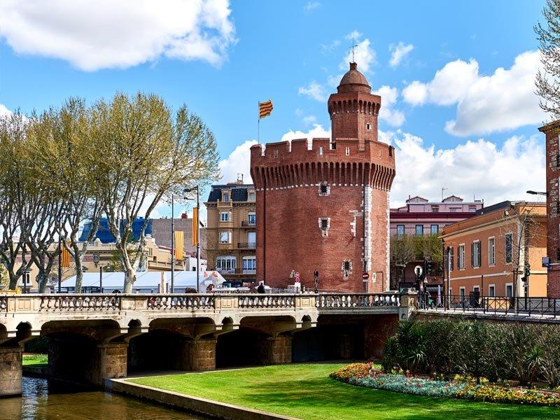 Il piccolo Castillet nel centro di Perpignan o il più grande Palazzo dei Re di Maiorca