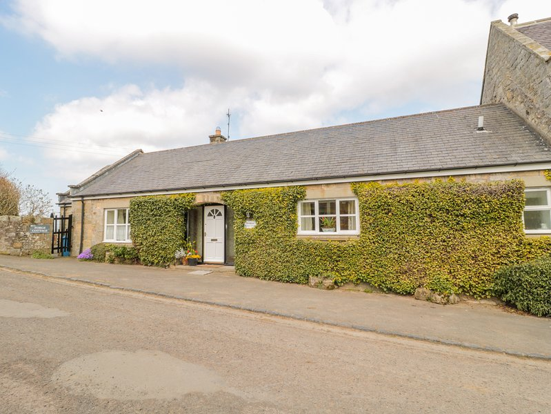 FORGE COTTAGE, Pet-friendly, WiFi, Country views, near Great Tosson, vacation rental in Thropton