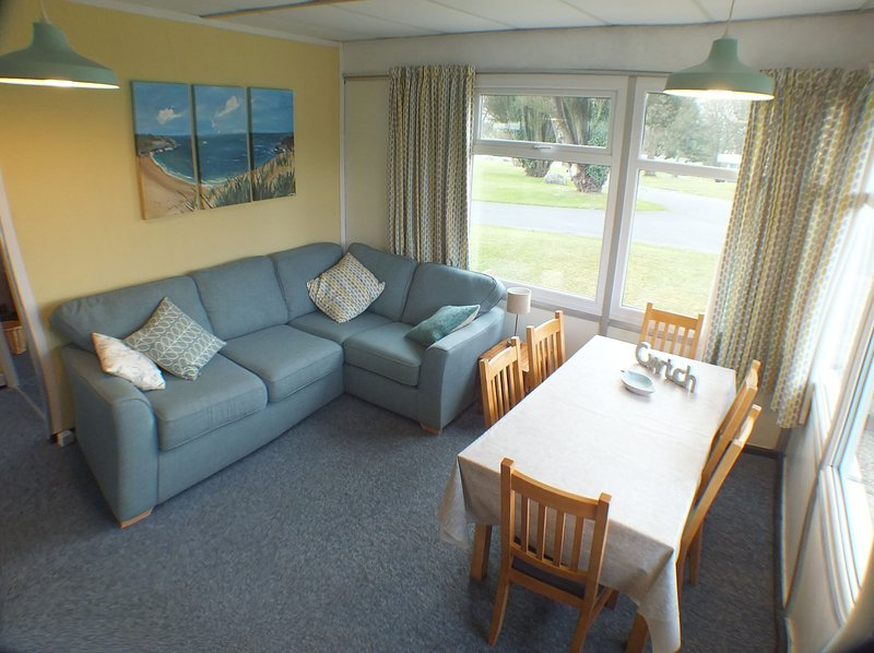 Chalet Cwtch - 5 bed Holiday Cottage Close to the Pembrokeshire Coastal path, holiday rental in Newgale