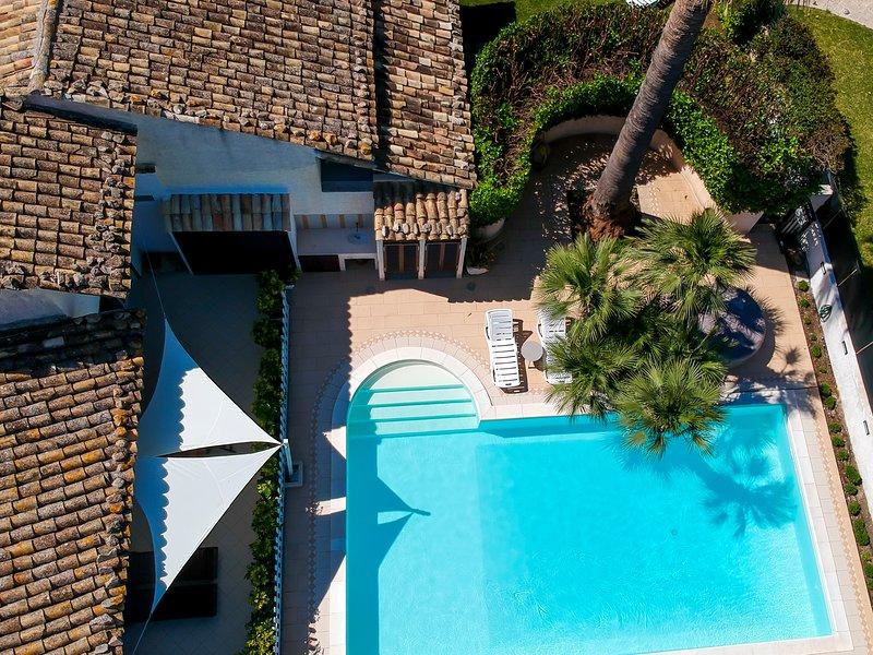 Villa Rebecca Marina di Ragusa con piscina e jacuzzi in comune, vacation rental in Ragusa