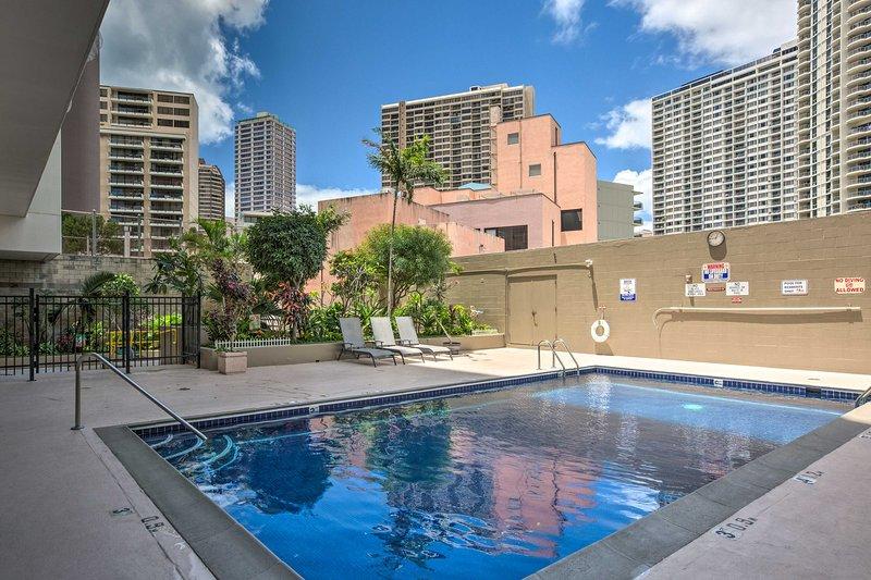 Restez au frais dans la piscine ou dirigez-vous vers une plage voisine pour profiter du soleil.