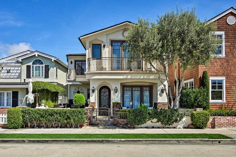 Luxury Newport Beach Getaway - 1 Block From Shore!, casa vacanza a Corona del Mar