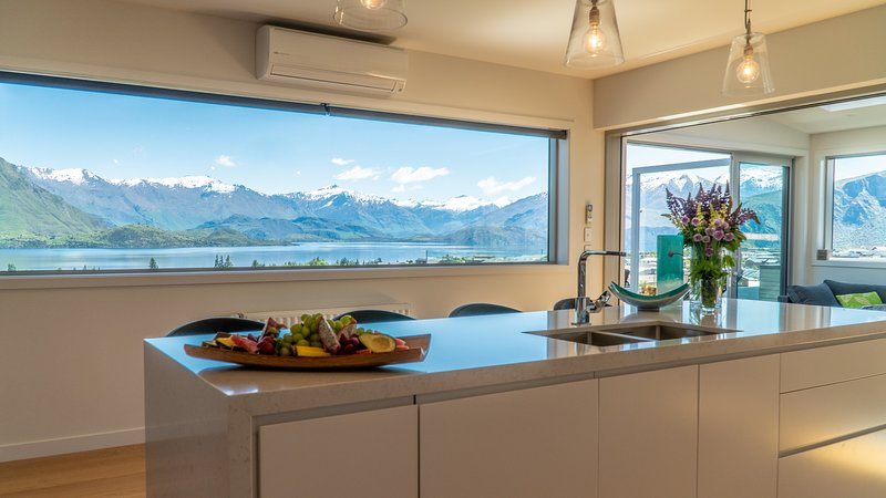 Movie room, sauna, spa pool and amazing views of the lake & mountains, holiday rental in Lake Hawea