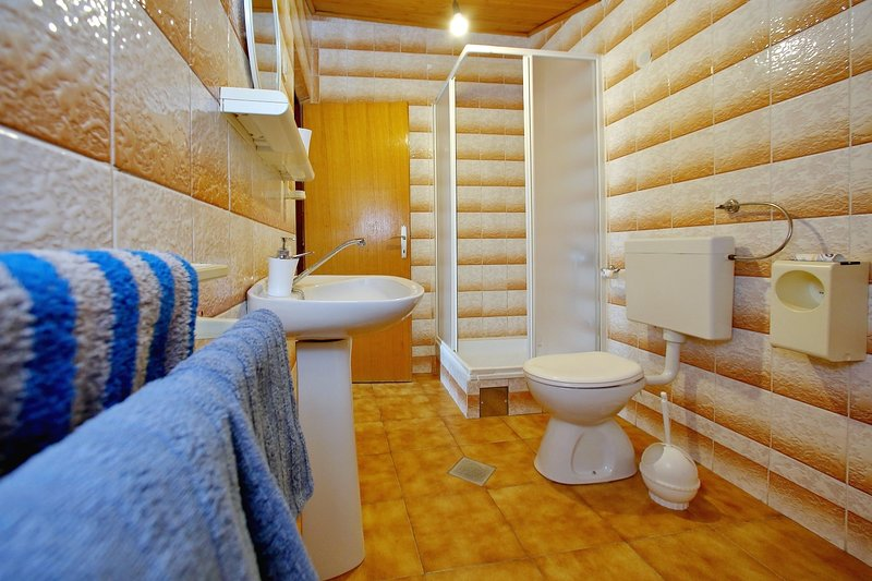 SA4 (2 + 2): salle de bain avec toilette