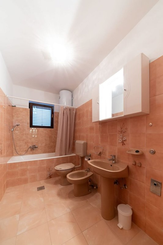 H(4+1): bathroom with toilet