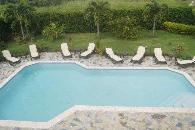 Terraza de la planta superior con vistas a la piscina