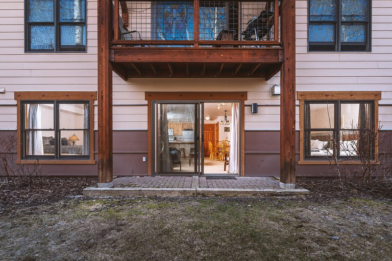 Adventure Awaits - Main Floor 2 BR condo with hot tub access!, vacation rental in Alta
