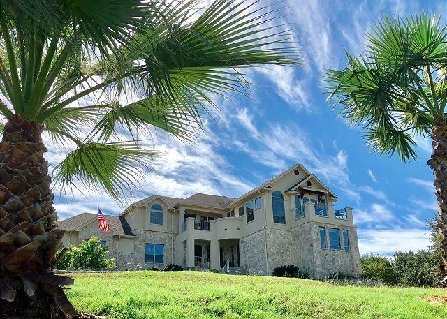 Luxurious Lake Travis Estate: Fireplace, Balconies, Fenced Yard & Water View, location de vacances à Volente