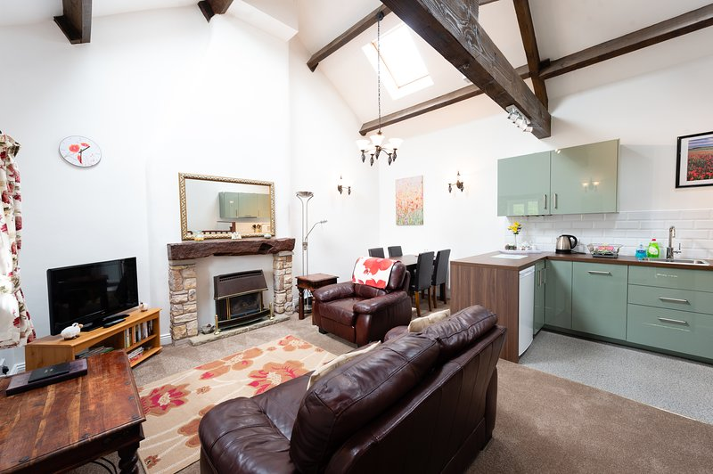Ljust och rymligt öppet vardagsrum med högt strålade tak