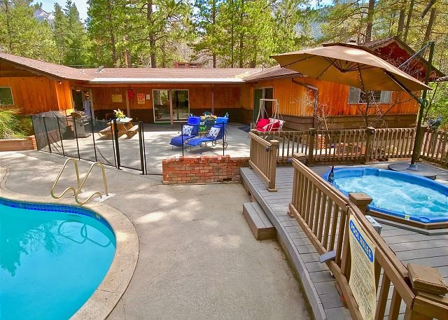 Timberwolf walk to town, pool and spa! Amazing views. Escape from it all, casa vacanza a Idyllwild