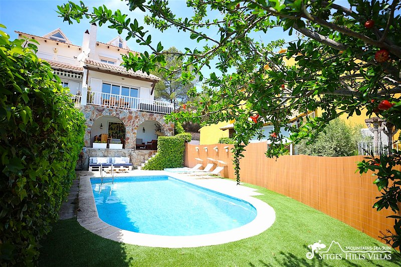 Lovely Villa Lucia with private pool and sea views, alquiler vacacional en Sant Pere de Ribes