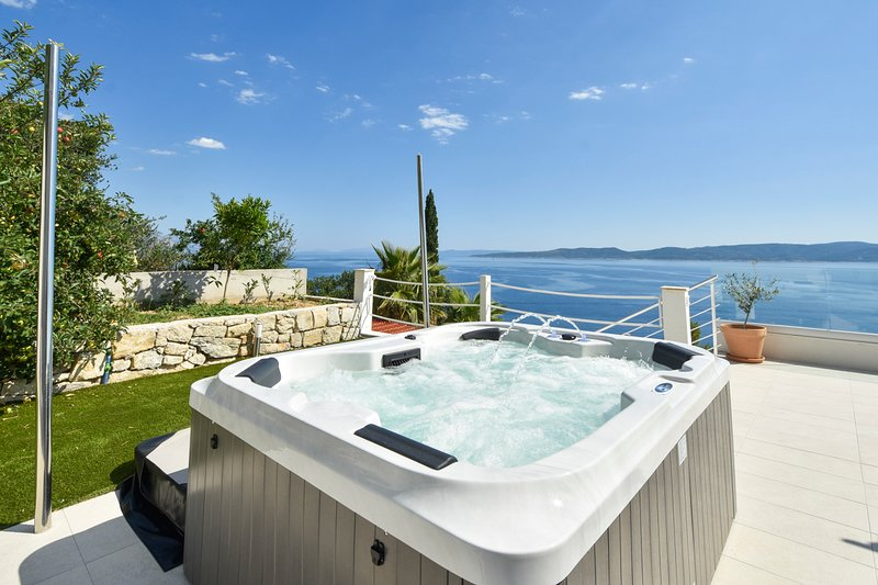 Fistanici Villa Sleeps 6 with Pool and Air Con - 5765901, vakantiewoning in Pisak