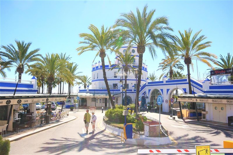 The port area of Estepona with its bars and restaurants is just in front of the urbanization