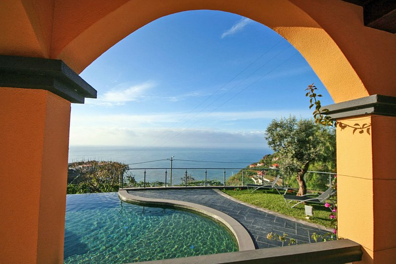 Quinta do Almeida Villa Sleeps 6 with Pool - 5772817, Ferienwohnung in Canhal