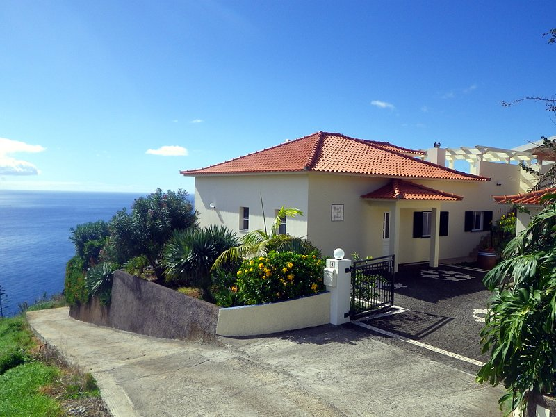 'Casa do Gabriel' spacious Madeirian villa with private garden and ocean view, holiday rental in Estreito da Calheta