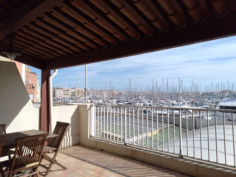 Renovated 1 bed apartment with terrace and views over Port, location de vacances à Agde