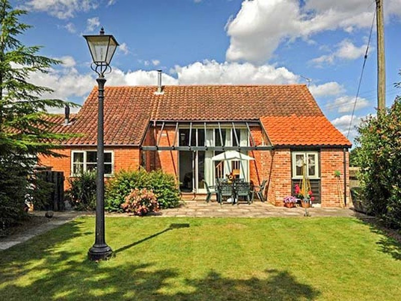 WOODMAN'S BARN, detached, character cottage, en-suite, enclosed garden, shared, vacation rental in Horsham St Faith