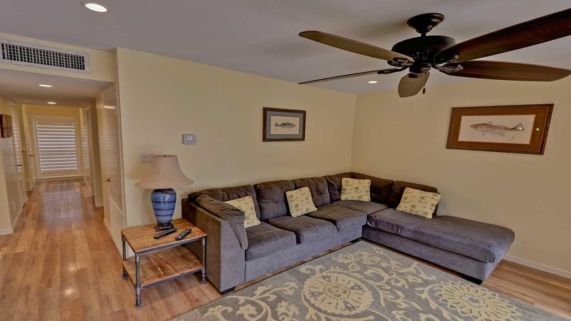 Muebles, Sofá, Ventilador de techo, Interior, Sala de estar