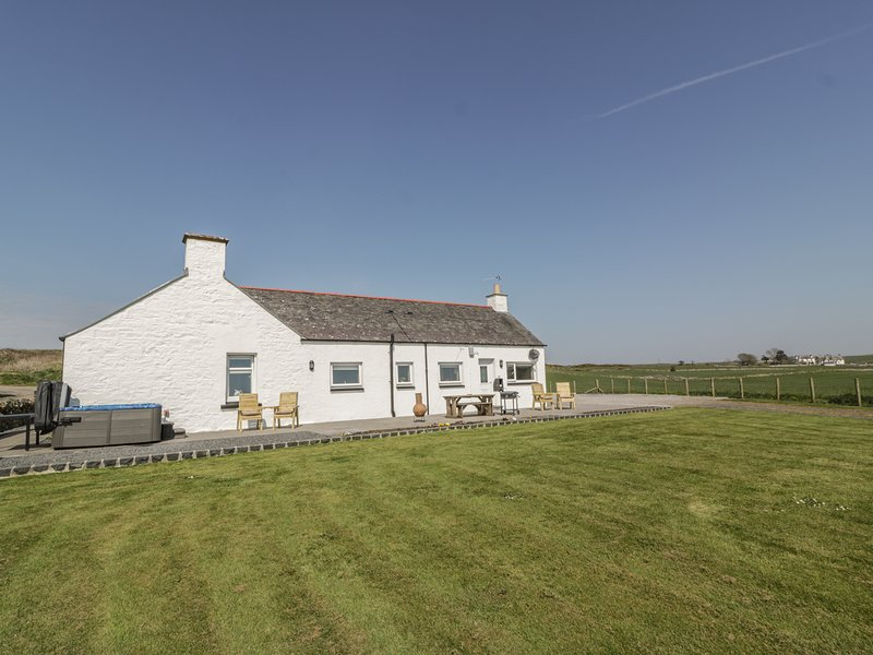 LONGFORTH FARM COTTAGE, countryside and sea views, hot tub, beautiful interior, holiday rental in New Luce