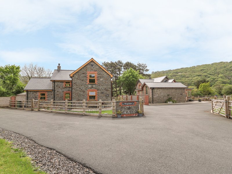 THE FARMHOUSE, luxurious house, lovely views, hot tub, woodburner, Capel, vacation rental in Devil's Bridge (Pontarfynach)
