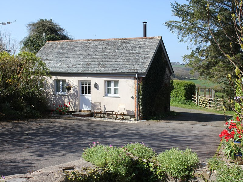 THE LINNEY, off-road parking, dog friendly, Littleham, holiday rental in Buckland Brewer