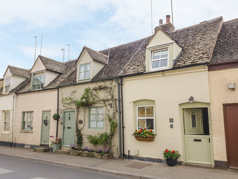 BUMBLE COTTAGE, pet-friendly, WiFi, Winchcombe, holiday rental in Little Washbourne