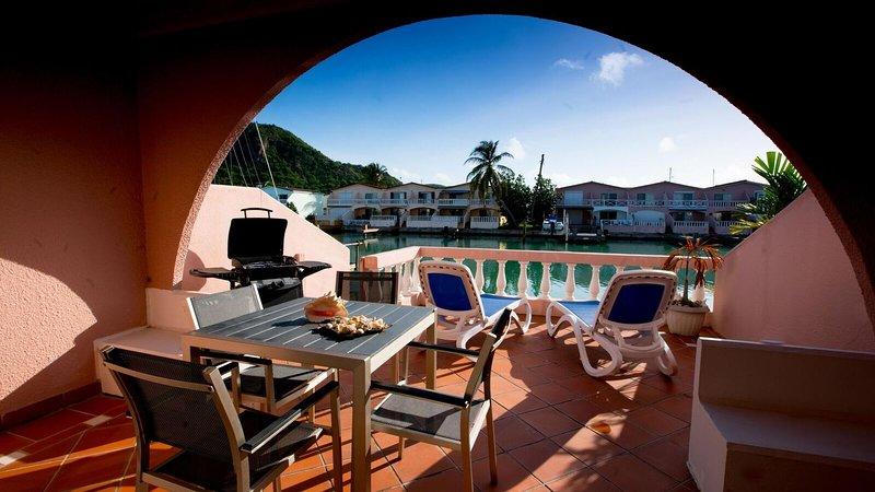 Waterfront villa close to the beach - Villa 422D, location de vacances à Jolly Harbour