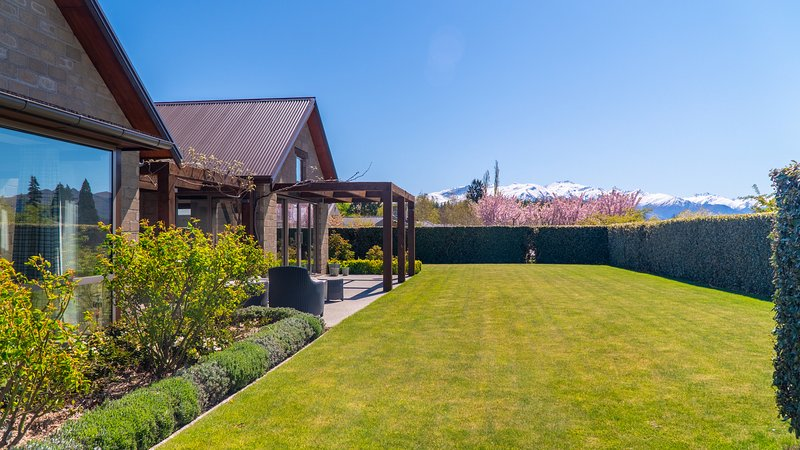 Walk to the Lake and Wanaka township from this spacious family holiday home, Ferienwohnung in Cardrona