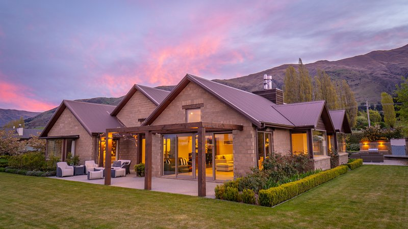 Walk to the Lake and Wanaka township from this spacious family holiday home, holiday rental in Cardrona
