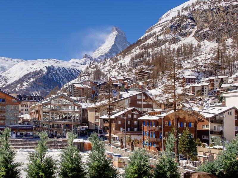 L'appartamento è assolutamente vasto di 315 mq e perfettamente situato nel cuore del villaggio di Zermatt.