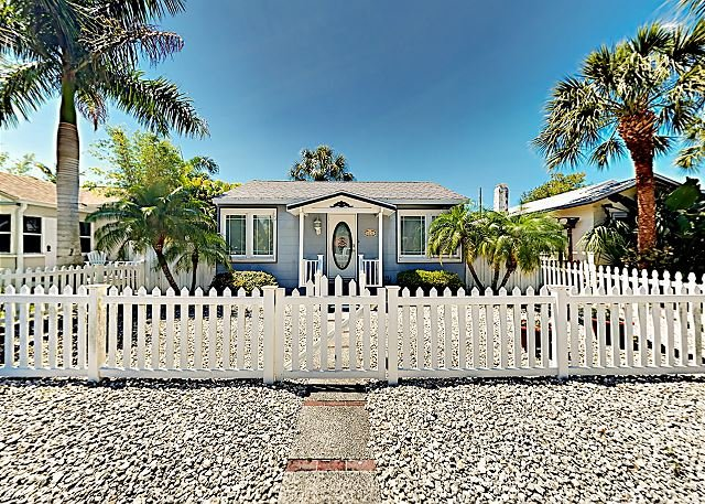 Cozy Beach Bungalow w/ Private Back Patio - 2 Blocks to Downtown Gulfport, alquiler vacacional en Gulfport