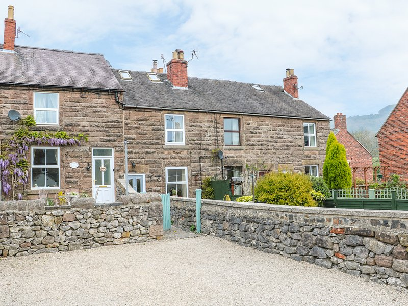 4 ECCLESBOURNE COTTAGES, family and pet-friendly, walks and cycle routes, vacation rental in Wirksworth