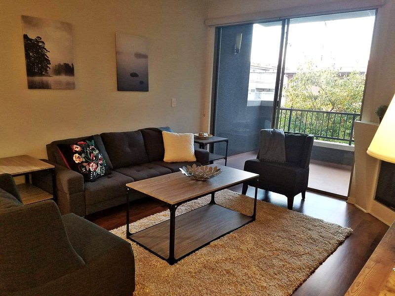G12 328 - Chill and Relax in a 2BR Cozy Modern Suite, holiday rental in South Gate