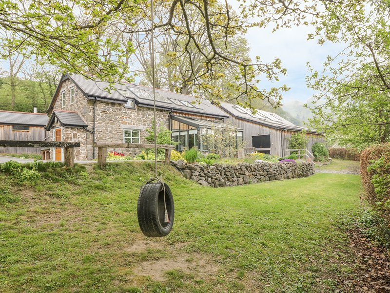 CILFACH, family friendly, luxury holiday cottage, with a garden in Llanfyllin, holiday rental in Dolanog
