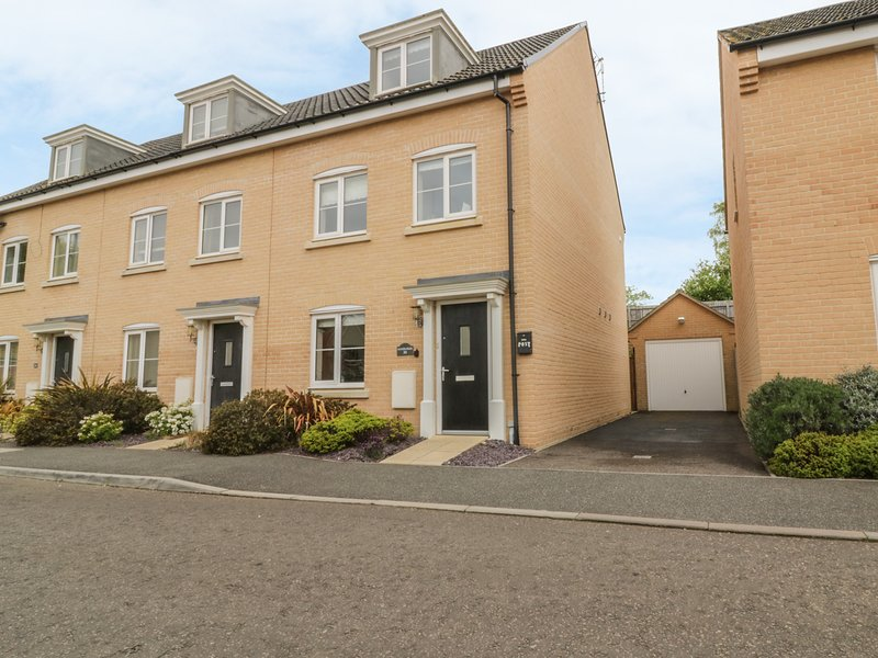 SANDLINGS, family cottage, with en-suite bedroom, enclosed garden, in, location de vacances à Hollesley