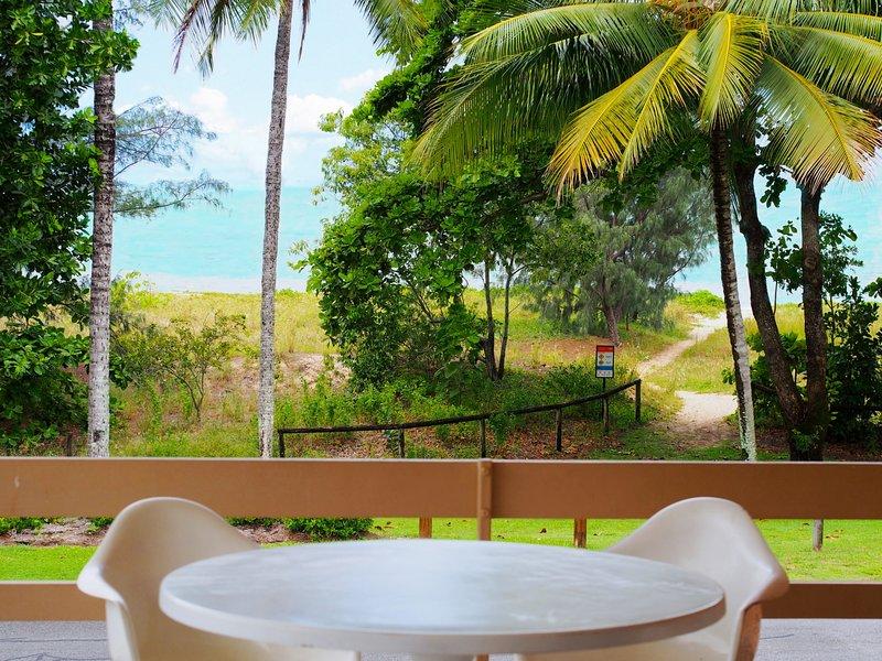 Silver Sands - Retro Beachfront Beauty, holiday rental in Holloways Beach