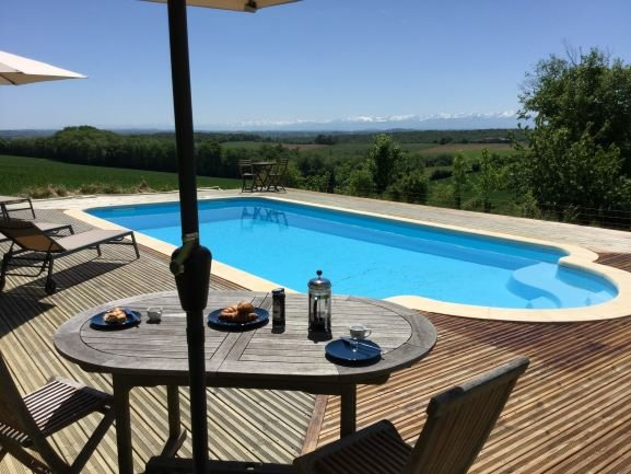 Stunning renovated Gers farmhouse, private pool, views to Pyrenees, good wifi, casa vacanza a Boulogne sur Gesse
