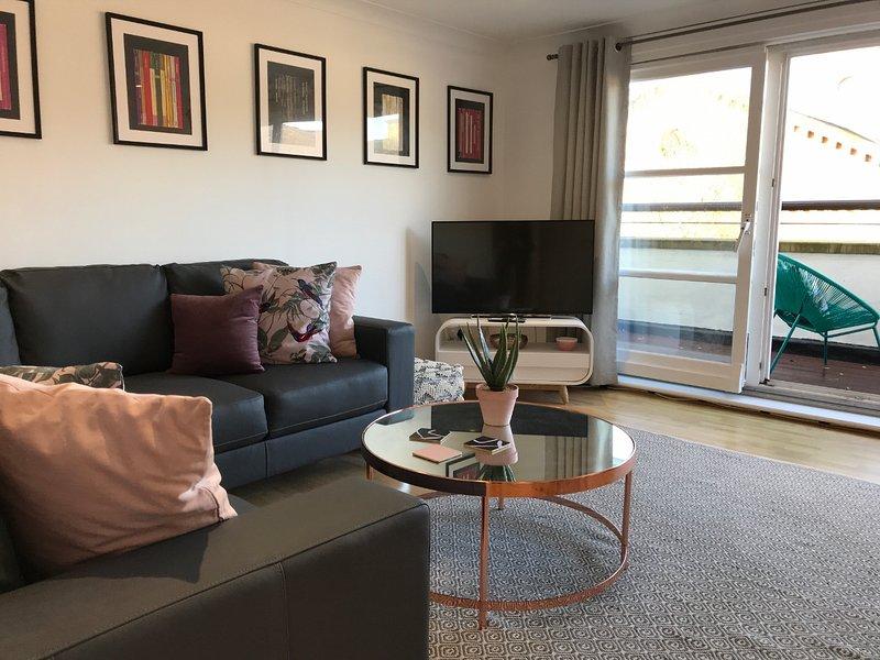 St Andrews Penthouse 2 Bedroom Apartment (with parking and balcony), location de vacances à Rutherglen