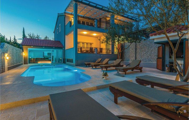 Beautiful home in Pridraga with WiFi and 8 Bedrooms (CDZ790), casa vacanza a Pridraga