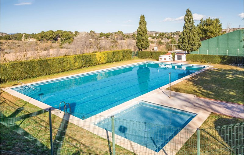 Awesome home in Benaguasil with Outdoor swimming pool, WiFi and Outdoor swimming, alquiler de vacaciones en Chulilla